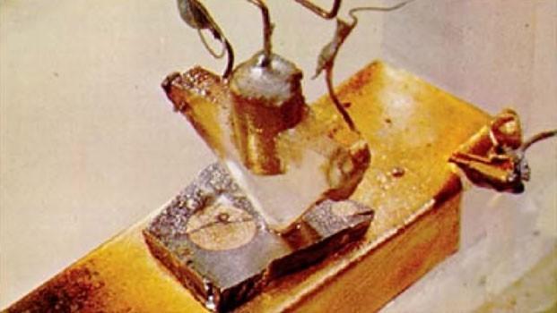 Первый полупроводниковый транзистор на поликристалле германия